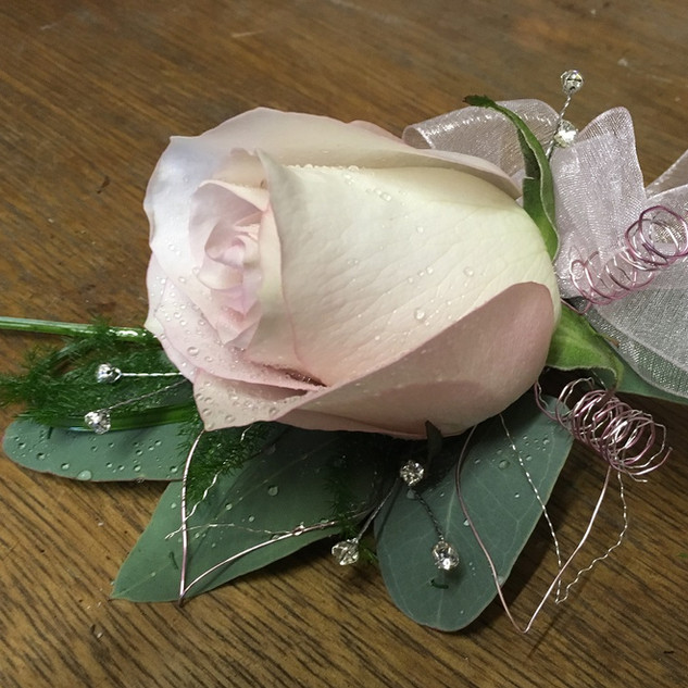 Pretty Rose Ladies Corsage