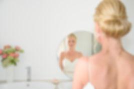 Huwelijksfotograaf bruid portret in spiegel