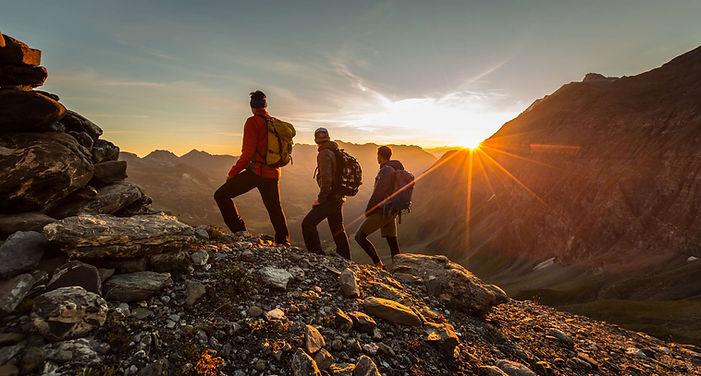 Wanderer bewundern Sonnenaufgang-1fbcd7b