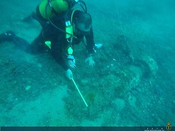 08 Tomando medidas bajo el agua.jpg