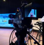 camera broadcast configurazione studio, remote zoom e fuoco, monitor feelworld, cavalletto con ruote