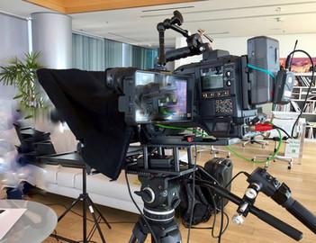 Interviste con luci, microfoni e monitor