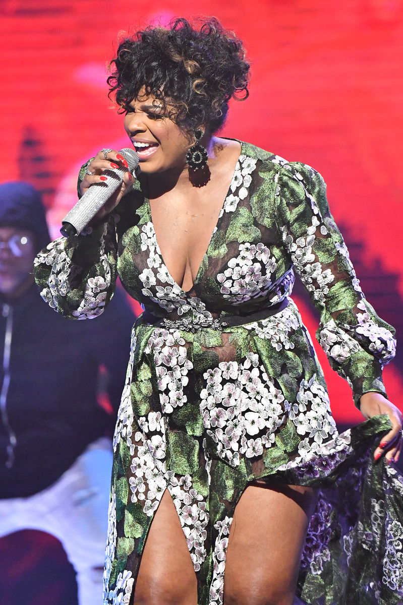 Syleena Johnson sings