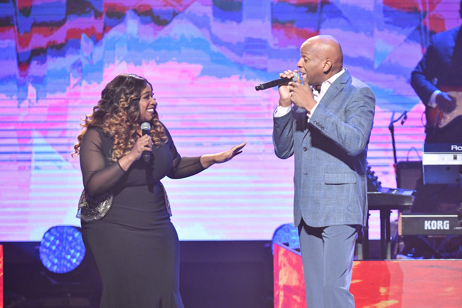 Kierra Sheard and Donnie McClurkin sing.