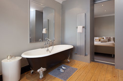 01-blok-towel-rail-radiator-in-aluminium-finish-in-bathroom