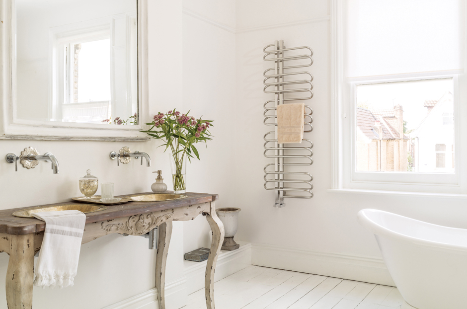 01-orbit-towel-rail-radiator-in-stainless-steel-mirror-finish-in-bathroom