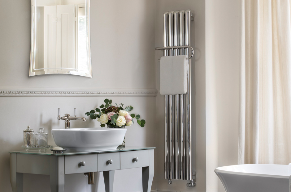 02-quill-towel-rail-radiator-in-stainless-steel-mirror-finish-in-bathroom