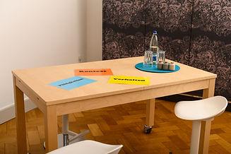 Tisch_mit_arbeitskarten.jpg