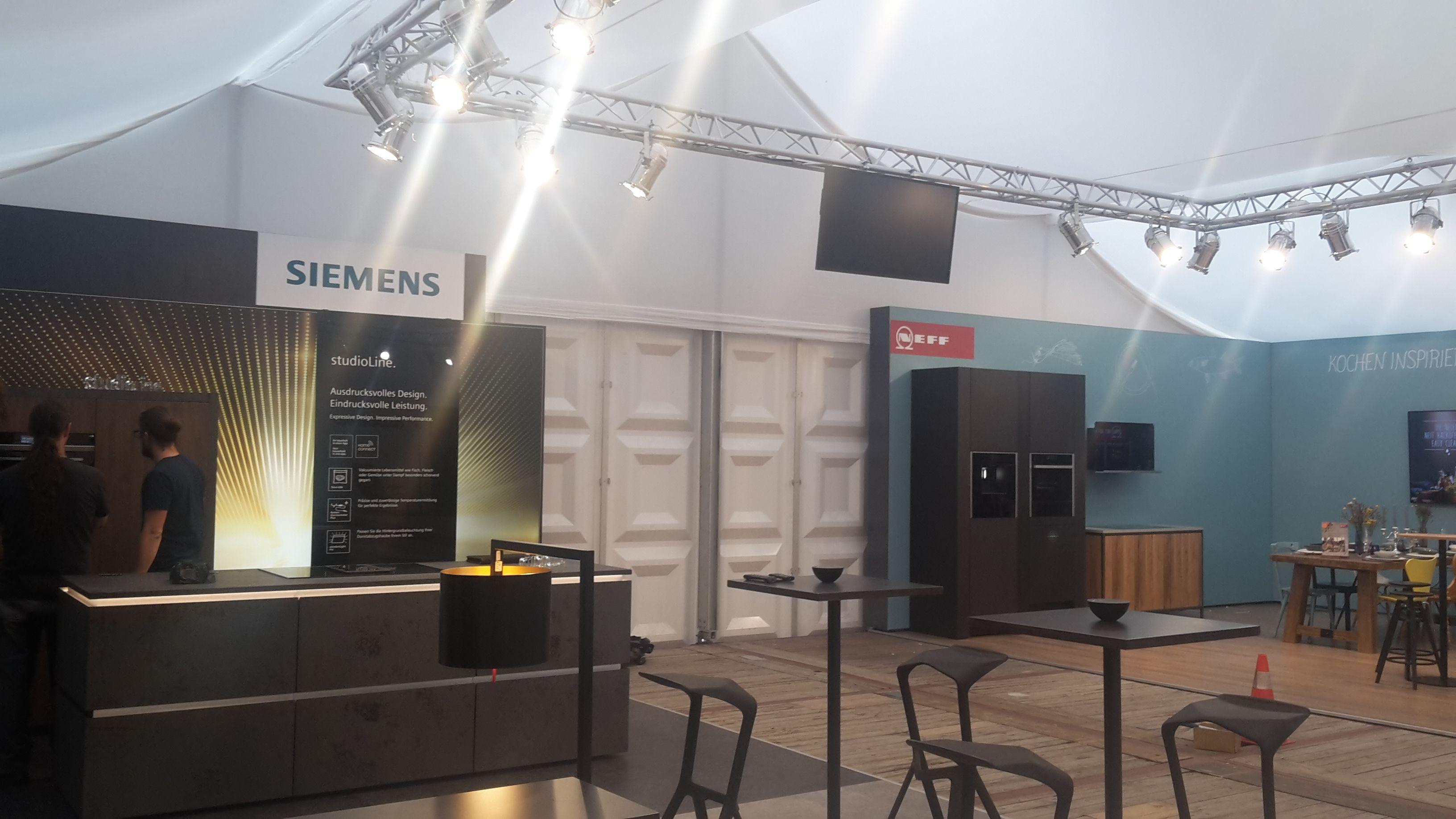 NEC Display Montage Traverse Messe