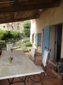Terrasse devant la maison principale