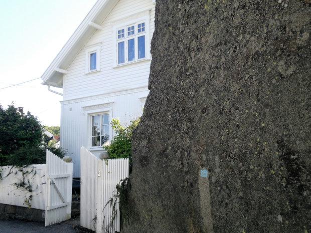 vernet fjell mellom husene i Nevlunghavn