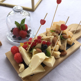 Сырное плато с медовыми сотами и лесными ягодами