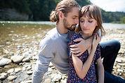 Couple au bord d'une rivière