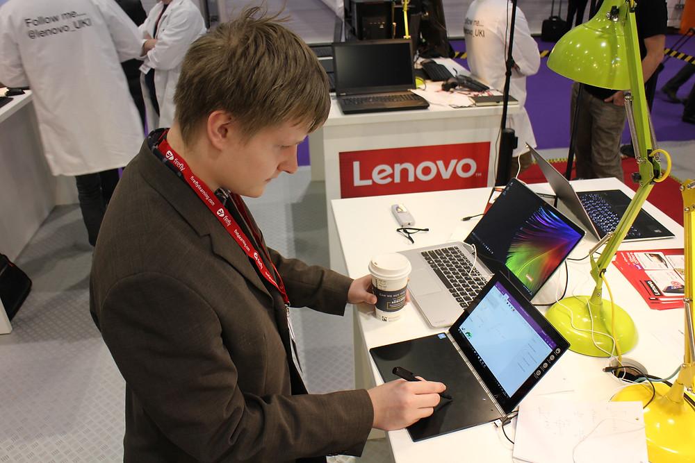 Taneli Lenovon uutuuksia testaamassa Bett-messuilla