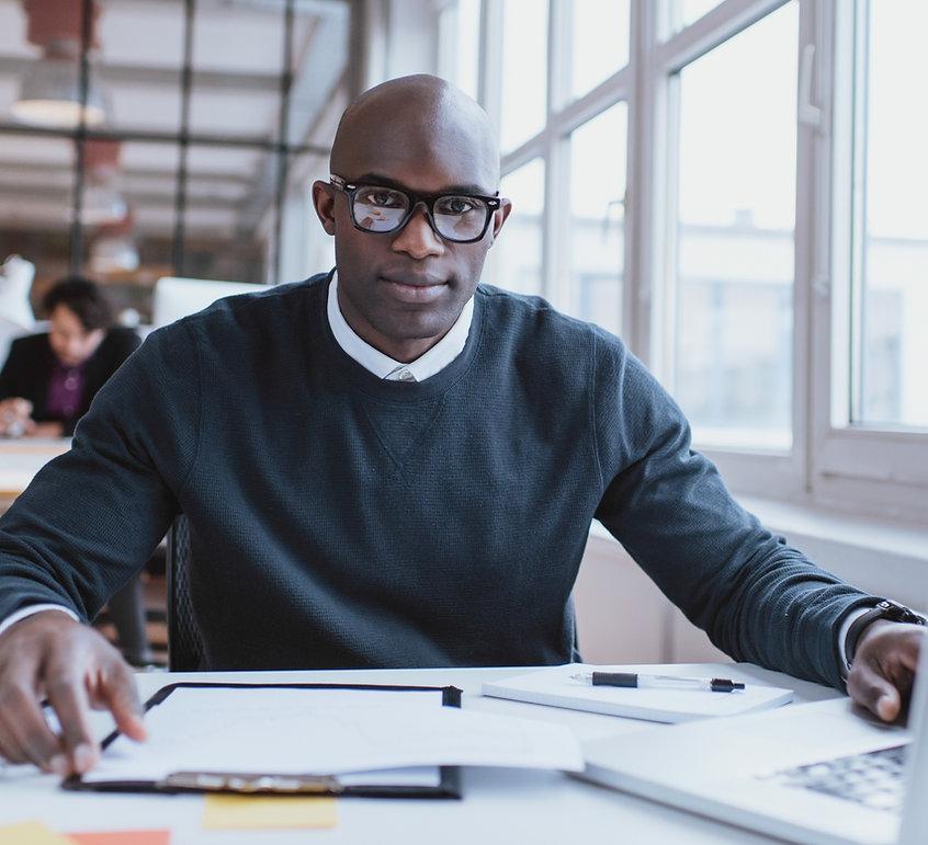 Mann an seinem Schreibtisch