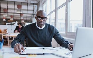 Junger Mann am Laptop, der sich für Seminartraum bewirbt