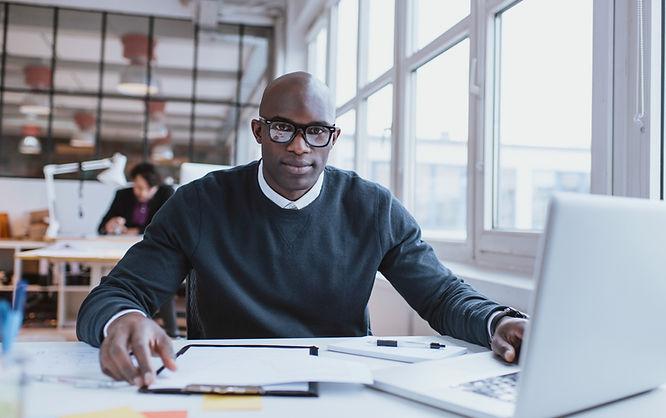 L'homme à son bureau