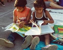 Curious Kids at Viva León Leyendo