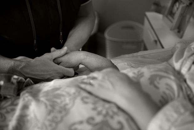 A47I5729_hands_massage_bw.jpg