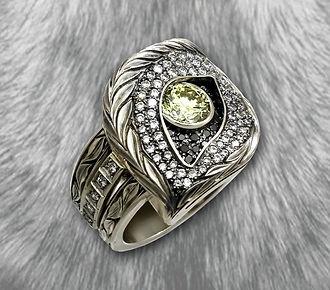 мужское кольцо волк из белого золота