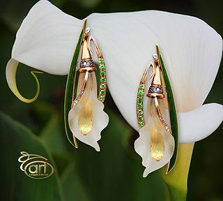 оригинальные золотые серьги с цветами из камня