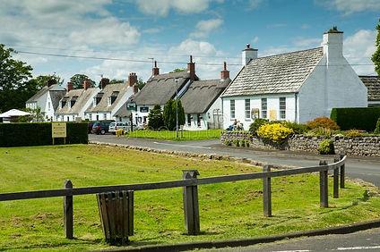 etal-village-castle-northumberland-england-known-its-thatched-cottages-pub-113229285.jpg