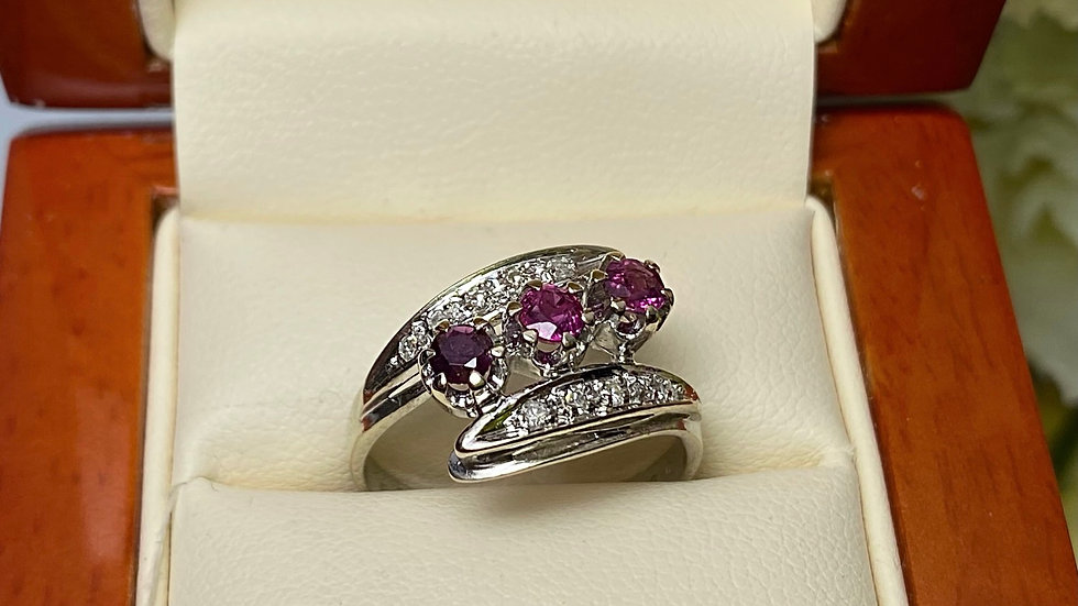 Złoty pierścionek z rubinami i brylantami