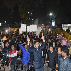 CAB Protest in Delhi : दिल्ली में हिंसक हुआ प्रदर्शन, जामिया के छात्रों को मिला JNU का साथ
