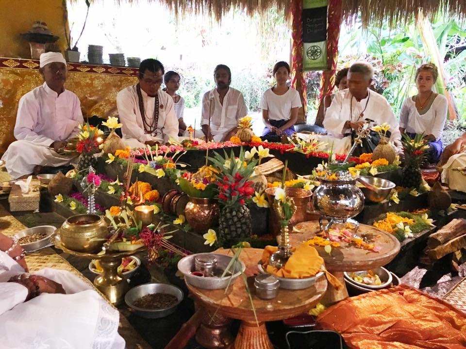 Agni Hotra - purifikační ceremonie na Bali