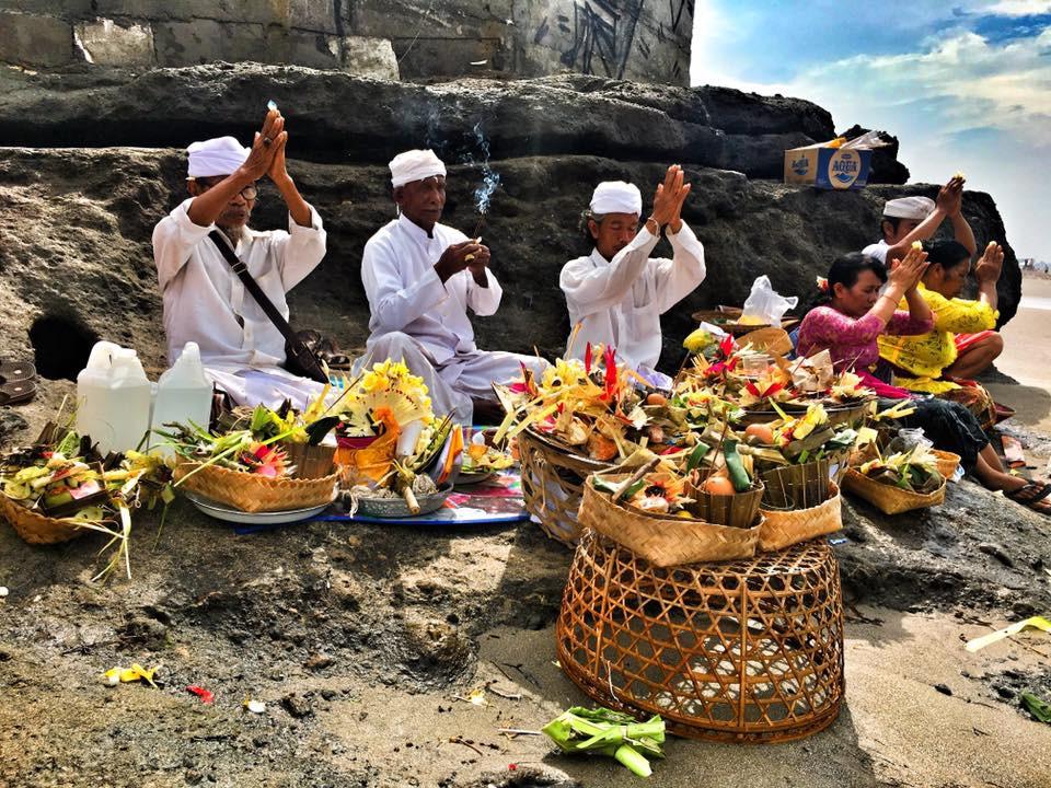 Ceremonie na Bali a její obětiny