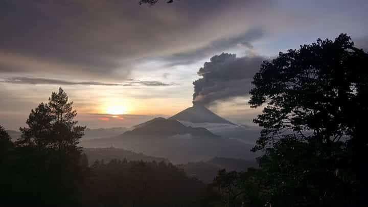 Sopka Mount Agung v plné vulkanické činnosti