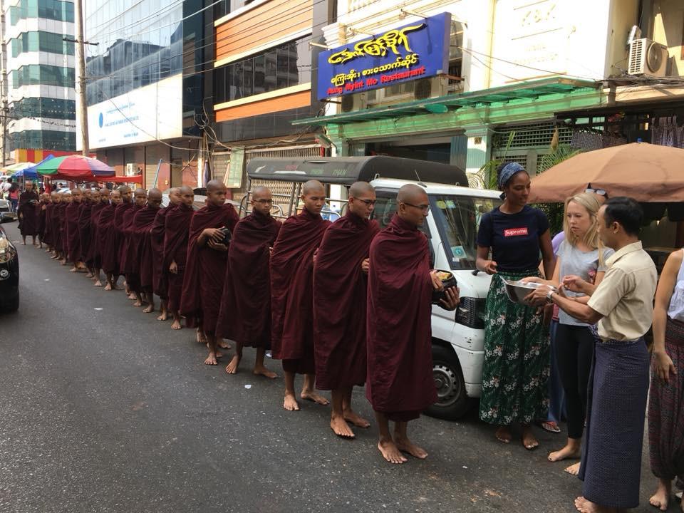 Mniši se dobrovolně krmí na ulici - Burma, Yangon