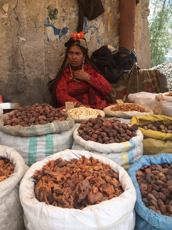 Typická ladacká pouliční prodavačka