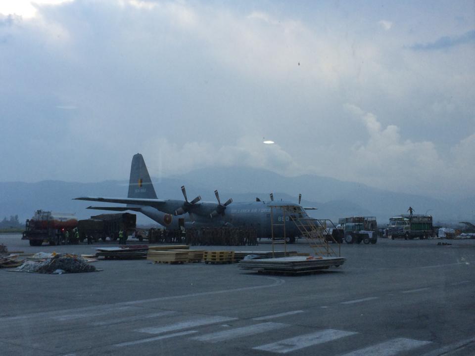 Letiště v Kathmandu bylo plné speciálů z celého světa s humanitární pomocí
