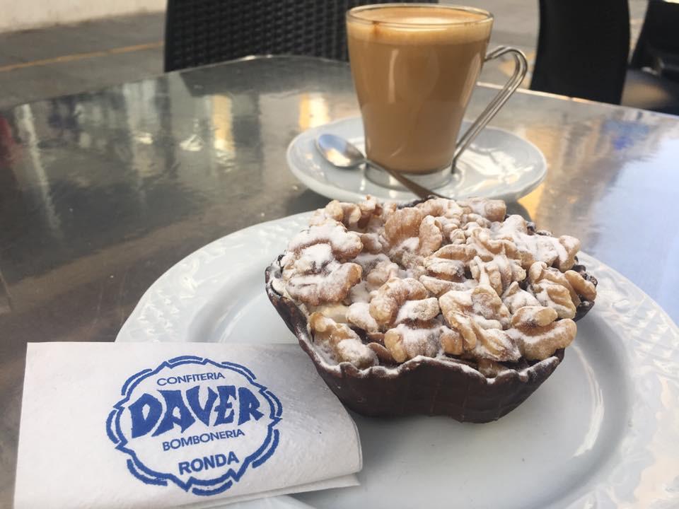 Košíček s ořechama a káva, mňamka