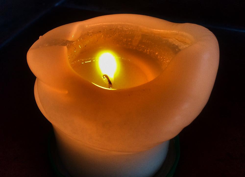 Hořící svíce je symbolem života