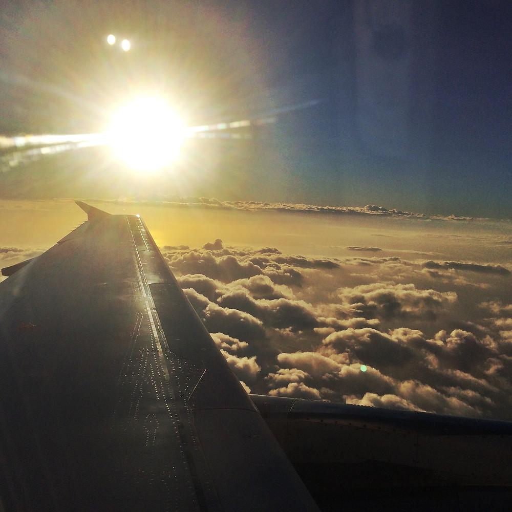 Východ slunce nad oblaky je dechberoucí