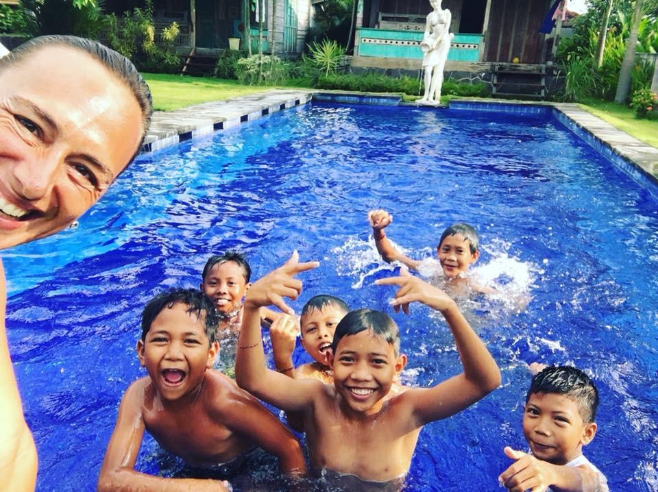 První lekce plavání na Bali