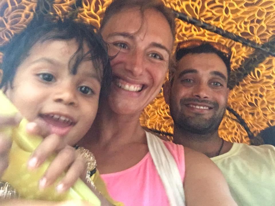 za jízdy rikšou s indickou holčičkou na klíně