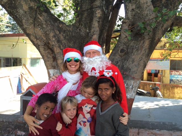 Santa se Santicí nadělují v Rišikeši