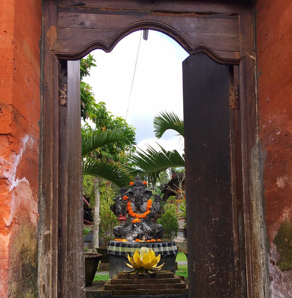 Bůh Ganéš střeží vstup do každého rodinného domu na Bali