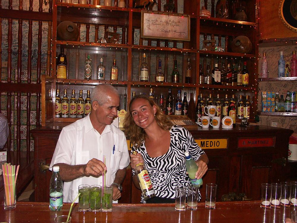 Za barem v Havaně, kde si dával mojito i sám Hemingway