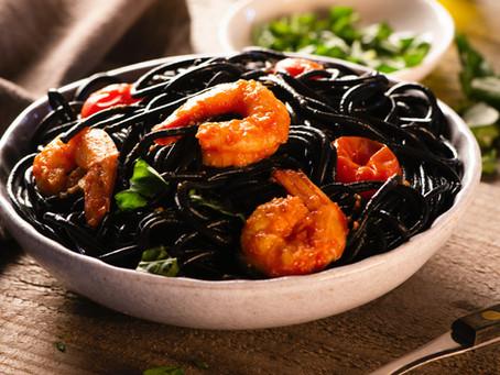 Esparguete al nero di sepia com camarões, tomate e manjericão