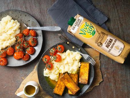 Tofu corado com puré de batata e molho miso