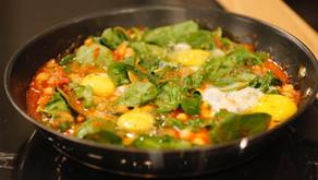 Ovos com grão, espinafres e tomate