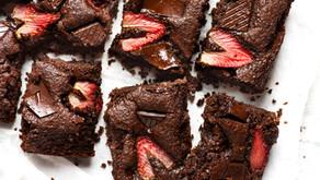 Brownie de chocolate negro e morangos (Vegan)