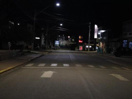 Primeira noite de vigência do Decreto nº 4.579 determinando toque de recolher, deixa ruas desertas