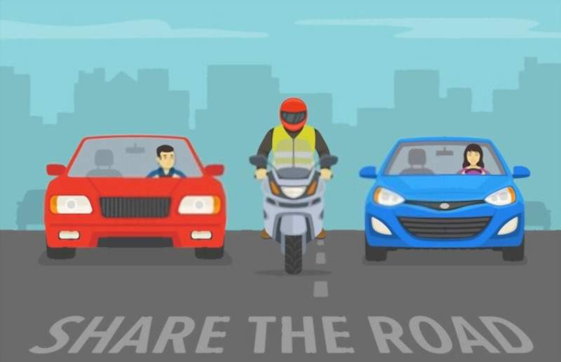 illustration_of_two_cars_and_motorcycle_in_the_middle_lane_filtering_800x516