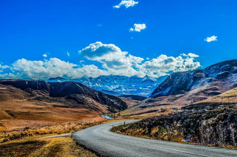 road scenery in Underberg near Sani pass South Africa_800x532