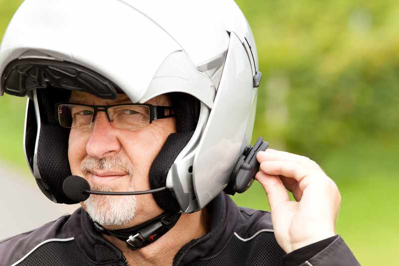 rider wearing motoryccle helmet with integrated bluetoothh system_800x534